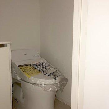 トイレは上に収納が。トイレットペーパーを入れておくと安心。※写真は2階の同間取り別部屋のもの・通電前のものです