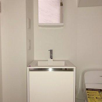 洗面台はミニマルな造りが可愛らしい。※写真は2階の同間取り別部屋のもの・通電前のものです