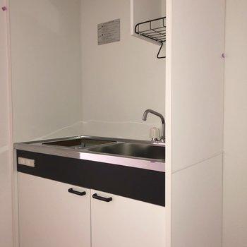 キッチンはコンパクトな造りです。※写真は2階の同間取り別部屋のもの・通電前のものです