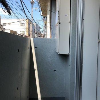 バルコニーはコンパクトに。※写真は2階の同間取り別部屋のもの・通電前のものです