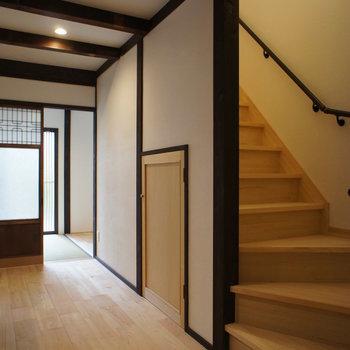 キッチン後ろに階段。上へ行きましょう。