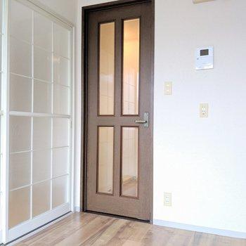 【キッチン】曇りガラスの洋風なドアを開けて…