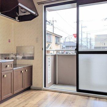 【キッチン】作業スペースとして背の高いテーブルを置くといいですね