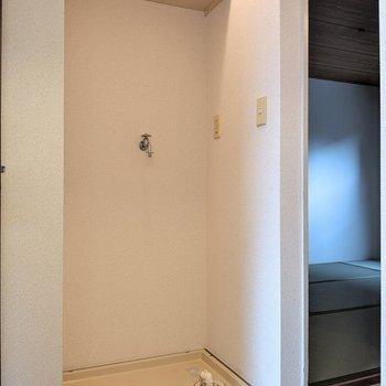 廊下の洗濯機置場、上部には収納がありました