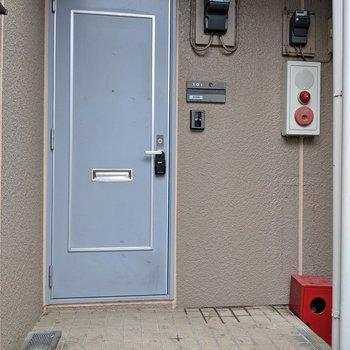 水色のドアが目印