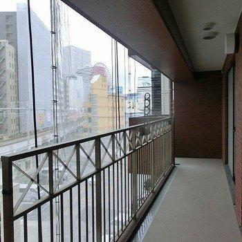 バルコニーはとっても広い。お部屋を囲むように奥にもぐるりと繋がっています。(※写真は4階同間取り別部屋のものです)