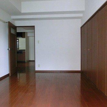 6帖ほどの洋室です。洋室は2部屋あります。(※写真は4階同間取り別部屋のものです)