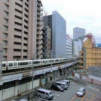 バルコニーからは電車にHEPの観覧車がお目見え!(※写真は4階の別部屋からのものです)