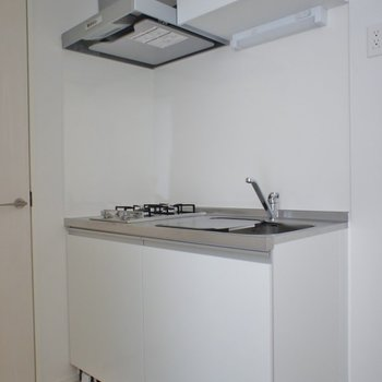 収納力のあるキッチン。※写真は202号室のもの