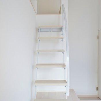 こちらの階段で行きます。※写真は202号室のもの