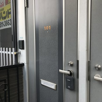 玄関扉はこんな感じです