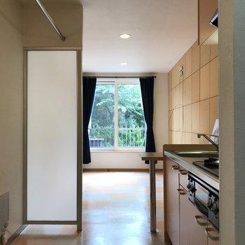 キッチンから見渡すとこんな感じ お外の緑がたまりませんね!