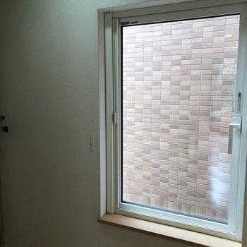 キッチン横には小窓が 料理の後は窓を開けて空気をリフレッシュ♪