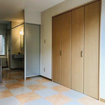約5帖の洋室 床材のデザインが可愛い♪