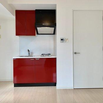 真っ赤なリンゴみたいなキッチンがキュート