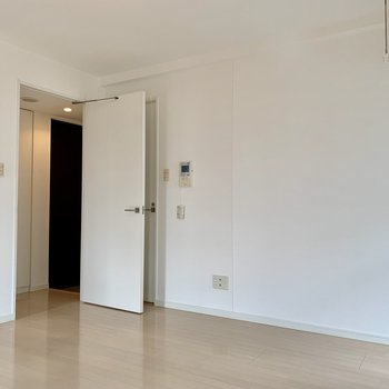 真っ白い壁に真っ白い扉が柔らかい印象