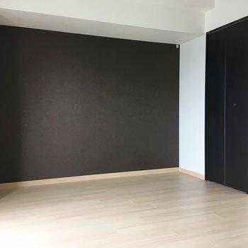 家具もモノトーンで揃えればお部屋に統一感を待たせられますね。