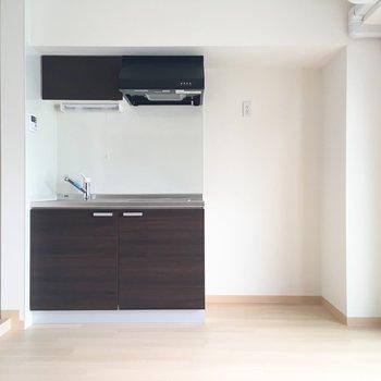 キッチンは居室の中に。パーテーションを置いて目隠しをしてもいいかも。
