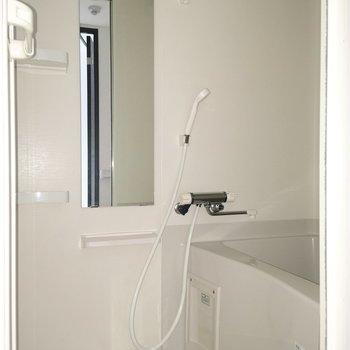 浴室。シンプルで清潔感のあるデザイン。※写真は通電前のものです
