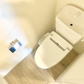 トイレは玄関横に。ナチュラルな雰囲気。