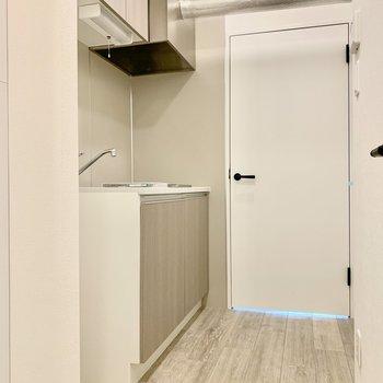 キッチンスペース。冷蔵庫は左手のくぼみに。