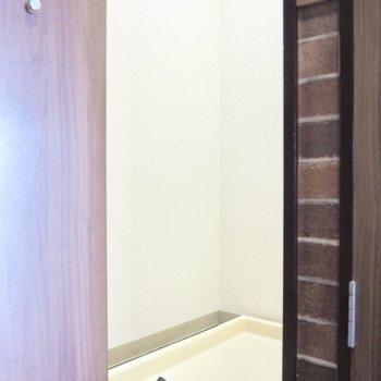 玄関ドアの右側には洗濯機置き場があります