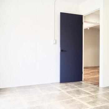 【洋室】床がLDKと洋室で異なっています