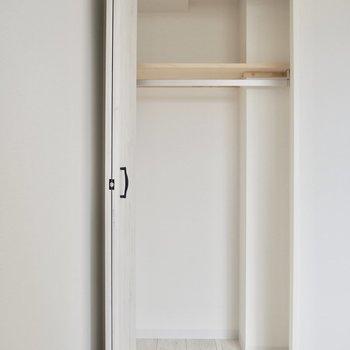 寝室のクローゼット。収納ケースを使ってうまく収納を!