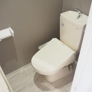トイレのクロスは落ち着いたブラウン調