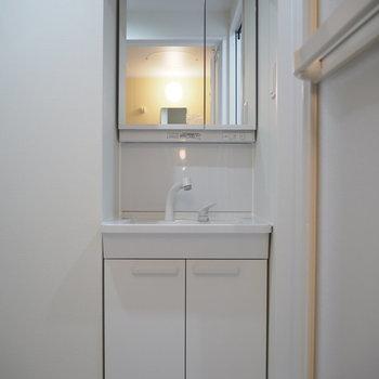 洗面台。鏡を開くと収納に