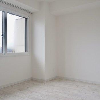 窓の位置が高いので、ベッドは窓際でも◯