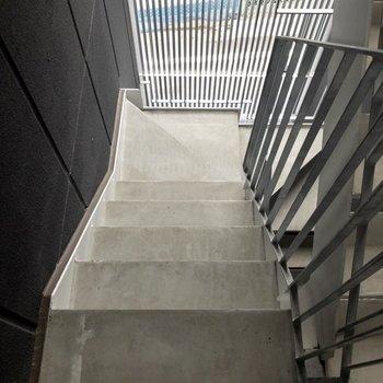 階段で3階まで登ってきます。手すりがあるので安心ですね。