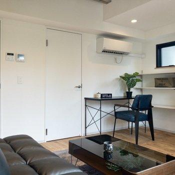 家具は背の低めのものがおすすめですよ。※インテリア・小物はサンプルです