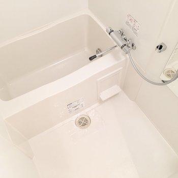 お風呂も清潔感がありますね。