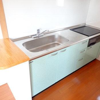 IH3口コンロ!調理スペースもしっかりあります。