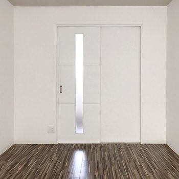 白い壁に木目柄の床…(※写真は清掃前のものです)