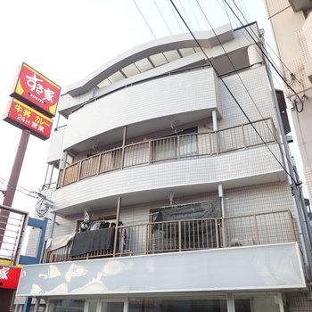 大通り沿いに建つアーチが特徴のマンション。