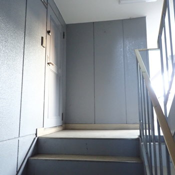 共用部】階段をあがってすぐのところにお部屋があります。