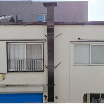 2階からは向かいの建物が見えます。
