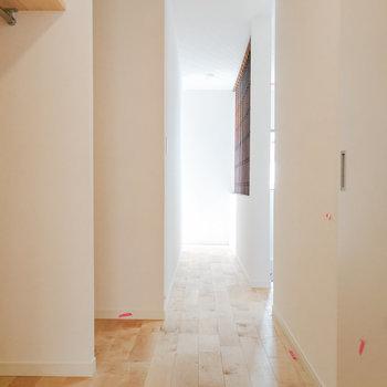 キッチン側から廊下を見ると、奥行きたっぷり。