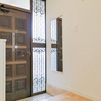 玄関前には便利なフックと全身鏡。