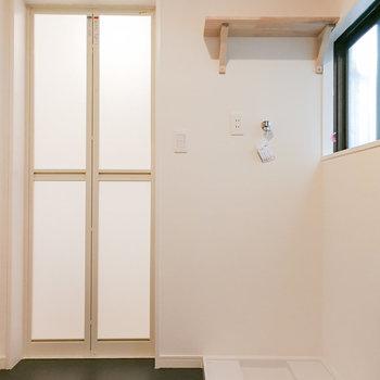 【1階脱衣所】棚つきの洗濯機置き場。