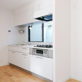 白で統一された大きなキッチン。
