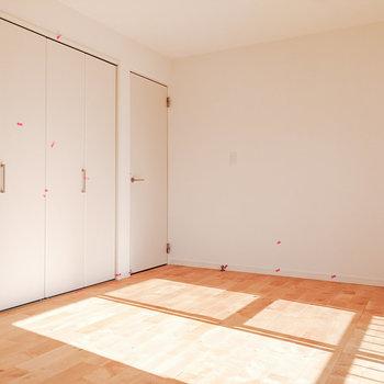 【洋室6.5帖】窓に沿ってベッドを置くと良いですよ。