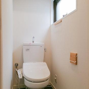 トイレもありますよ。窓もあるのが嬉しい。