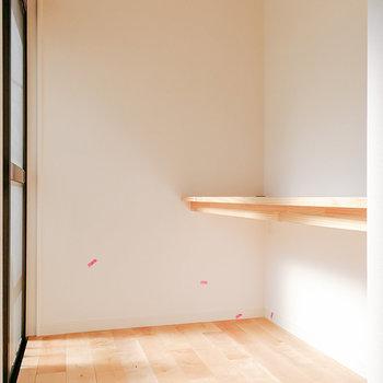 【洋室6帖】窓際にはデスクスペースにどうぞ。
