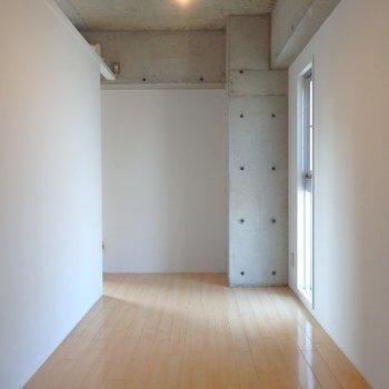 6帖の洋室です。窓があるのが◎(※写真は6階の同間取り別部屋のものです)