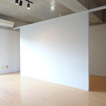 リビングと洋室を仕切る壁。デザイナーズならではですね。(※写真は6階の同間取り別部屋のものです)