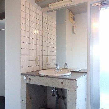 コンパクトですが洗面台もかっこいい!(※写真は6階の同間取り別部屋のものです)