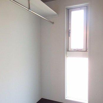奥にはウォークインクローゼット!こちらにも窓があります。(※写真は6階の同間取り別部屋のものです)